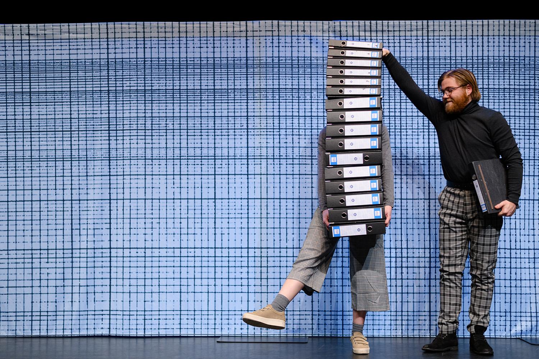 NEE-onder-het-buro-foto-joep-van-aert-jeugdtheater-1_RS